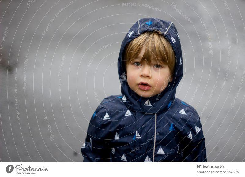 sauwetter Mensch Kind Kleinkind Junge Kindheit Kopf Gesicht 1 3-8 Jahre Umwelt Natur Herbst Wetter schlechtes Wetter Regen Stadt Straße stehen authentisch kalt