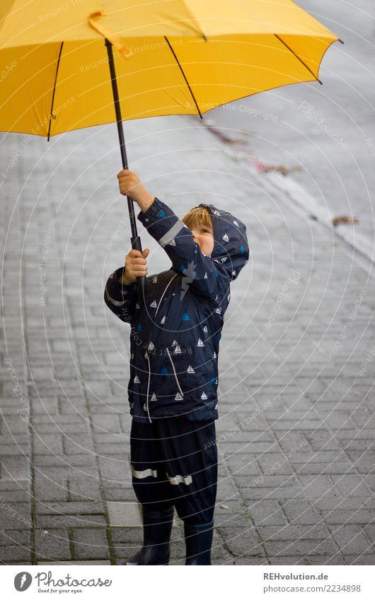 sauwetter Mensch Kind Kleinkind Junge Kindheit 1 Herbst schlechtes Wetter Regen Stadt Fußgänger Straße Gummistiefel festhalten Lächeln stehen authentisch klein