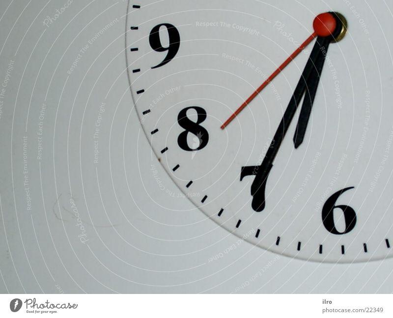 kurz nach halb Uhr Zeit Zifferblatt Ziffern & Zahlen 6 7 8 9 Häusliches Leben Uhrenzeiger Detailaufnahme