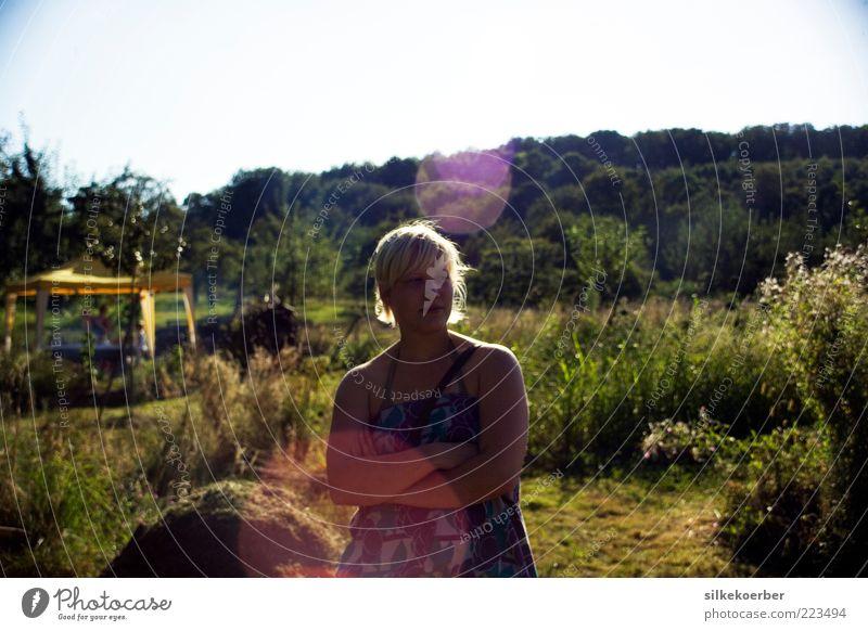 letztes Jahr im Sommer Garten Mensch feminin Junge Frau Jugendliche Leben 1 18-30 Jahre Erwachsene Natur Sonne Sonnenlicht Schönes Wetter Baum Gras Sträucher