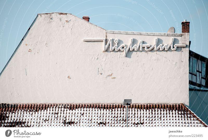Nachtklub bei Tag alt Winter Haus Schnee Architektur Fassade kaputt Schriftzeichen retro Vergänglichkeit Zeichen historisch Werbung trashig Typographie Verfall