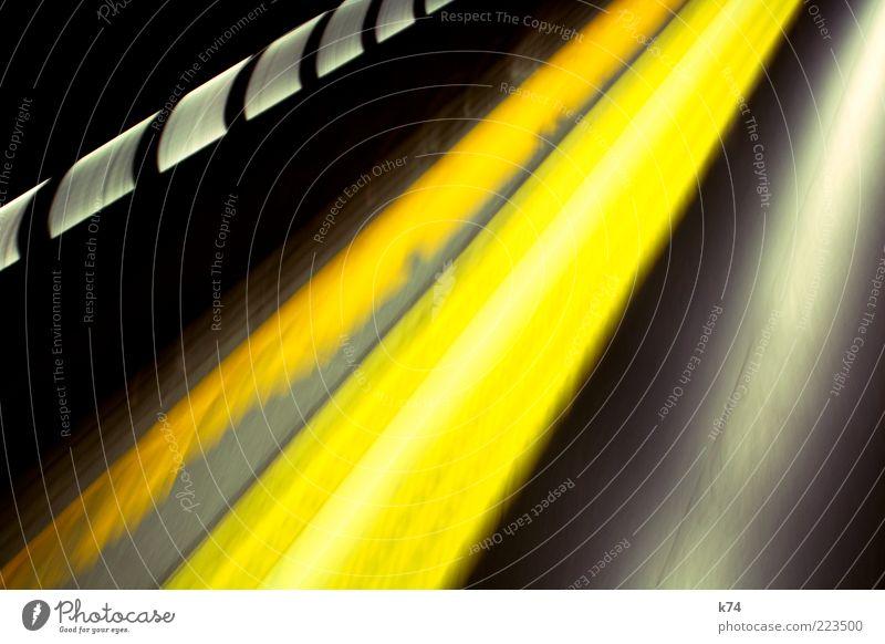 Metro de Madrid gelb Fenster Bewegung Verkehr Geschwindigkeit fahren leuchten Tunnel U-Bahn Textfreiraum abstrakt Bahnfahren Öffentlicher Personennahverkehr