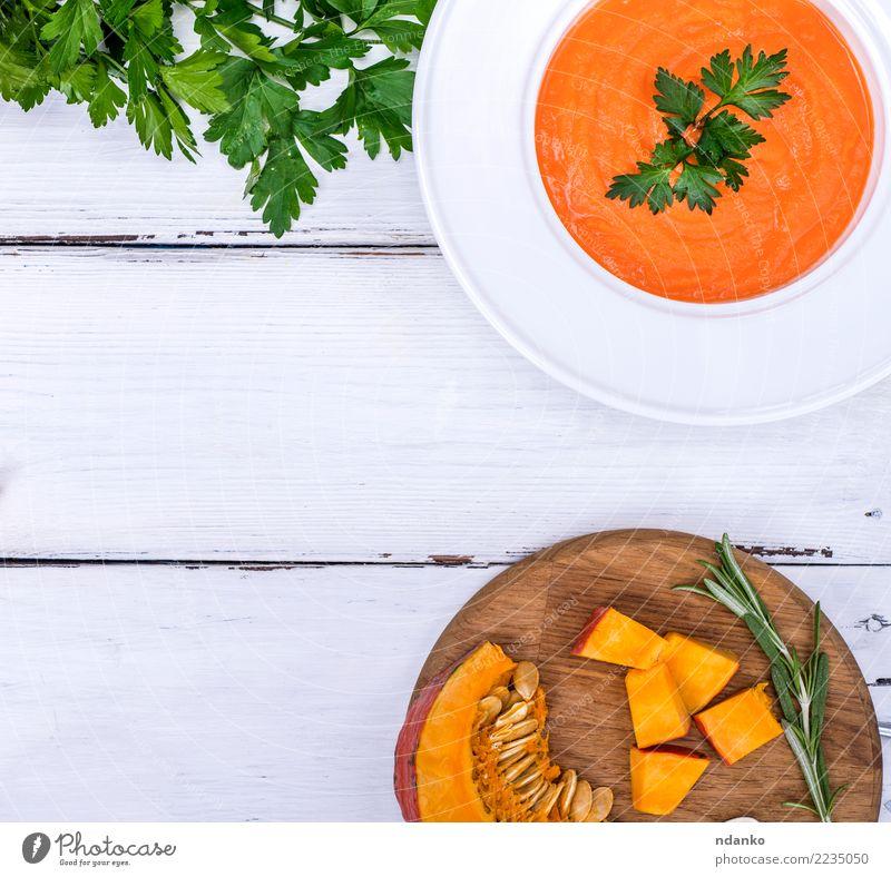 Kürbissuppe in einer weißen Platte Speise Essen gelb Holz Ernährung frisch Tisch Kräuter & Gewürze Küche Gemüse Jahreszeiten Ernte heiß Tradition Teller