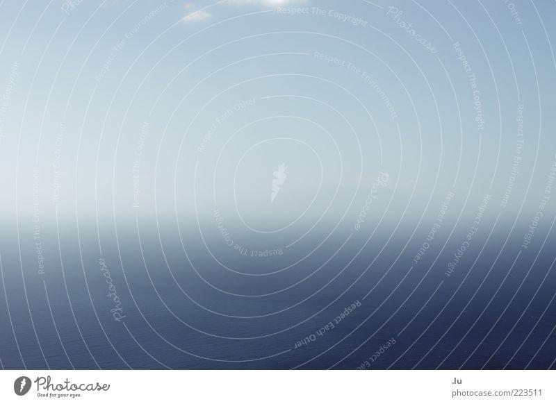 = Himmel Wasser blau Meer ruhig Ferne Horizont Nebel Insel Unendlichkeit Gelassenheit schlechtes Wetter unklar Hintergrund neutral Textfreiraum links