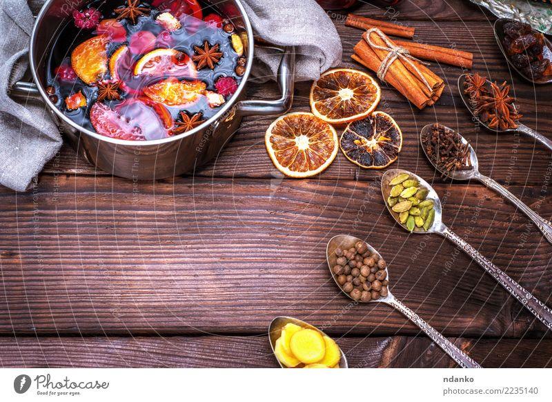 Glühwein in einem Kochtopf und Eisen Löffel Apfel Kräuter & Gewürze Getränk Alkohol Topf Winter Tisch Feste & Feiern Weihnachten & Advent Holz heiß oben rot