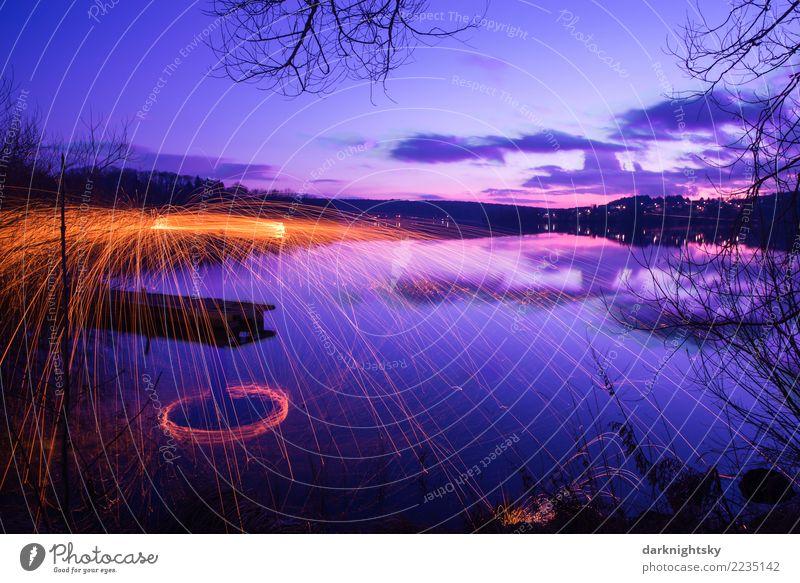 Stiller See und Feuerwerk Himmel blau Wasser Landschaft Wolken Freude Winter dunkel gelb Umwelt natürlich orange rosa Horizont Luft