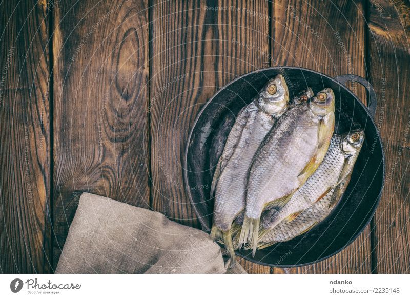 Fisch-Ram in einer runden schwarzen Pfanne Meeresfrüchte Teller Küche Natur Tier Holz natürlich oben braun Rotauge gesalzen Hintergrund Lebensmittel trocknen