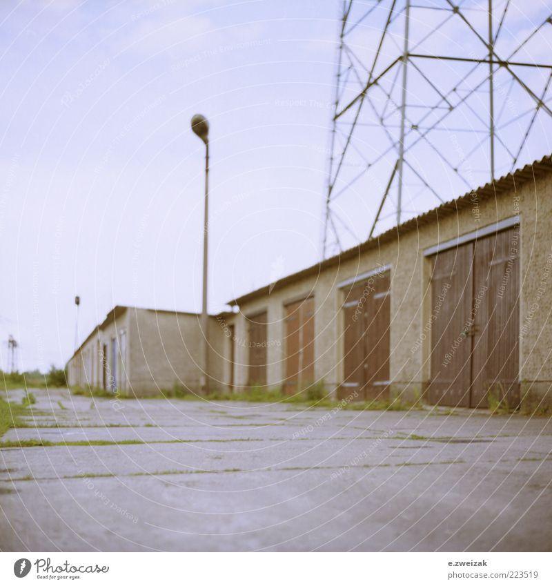 untitled 5 Energiewirtschaft Sommer Gras Stadtrand Menschenleer Gebäude Architektur Mauer Wand Tür Stein Beton Metall Rost trist Laterne Laternenpfahl