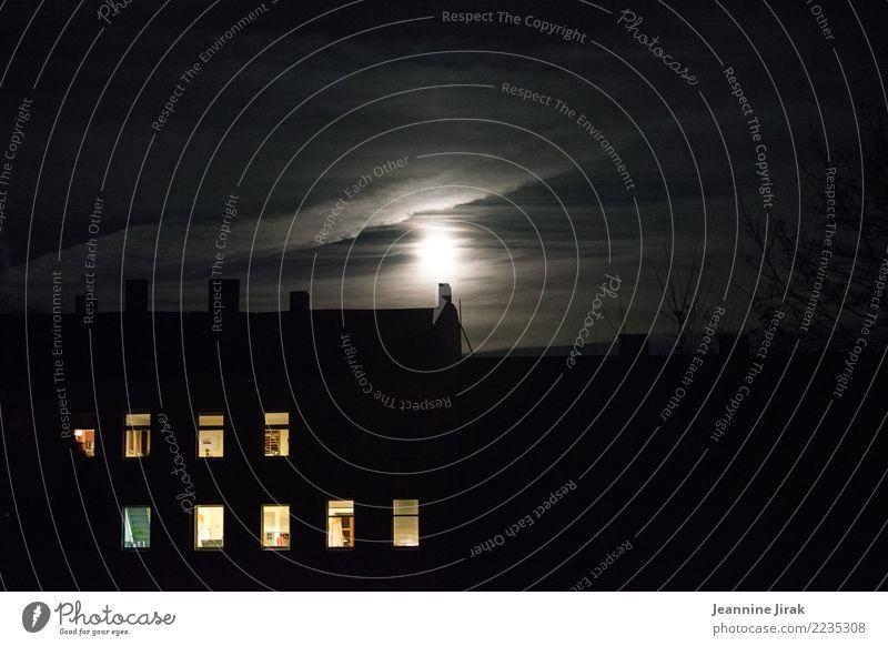 Jede dunkle Nacht hat ein helles Ende Häusliches Leben Wohnung Raum Haus Gebäude beobachten dunkel Neugier Sehnsucht Energie Stimmung Trennung Überwachung Licht