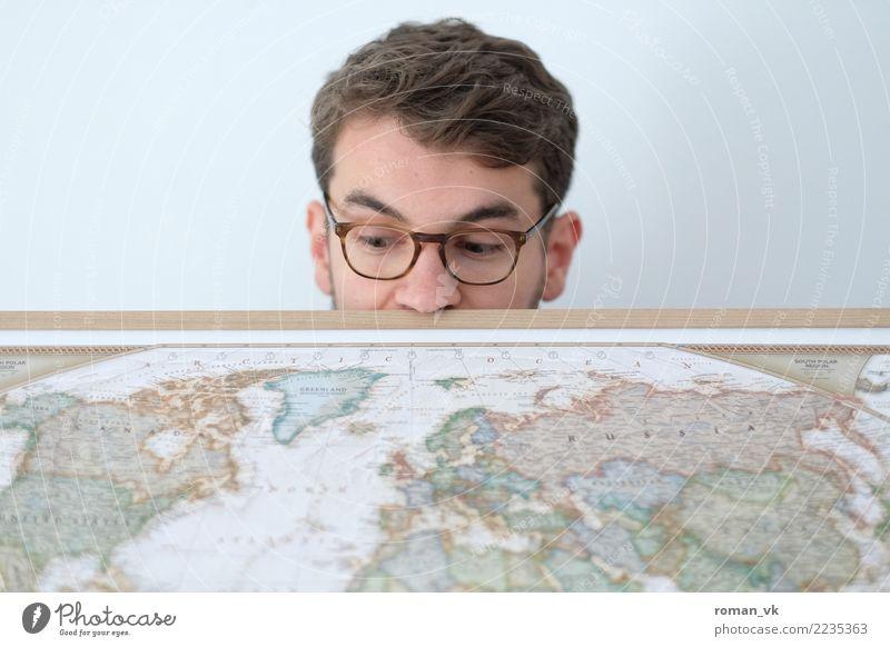 Schau mal an! Mensch maskulin Junger Mann Jugendliche Kopf Gesicht Nase 1 18-30 Jahre Erwachsene 30-45 Jahre Ferien & Urlaub & Reisen Neugier Weltkarte Globus
