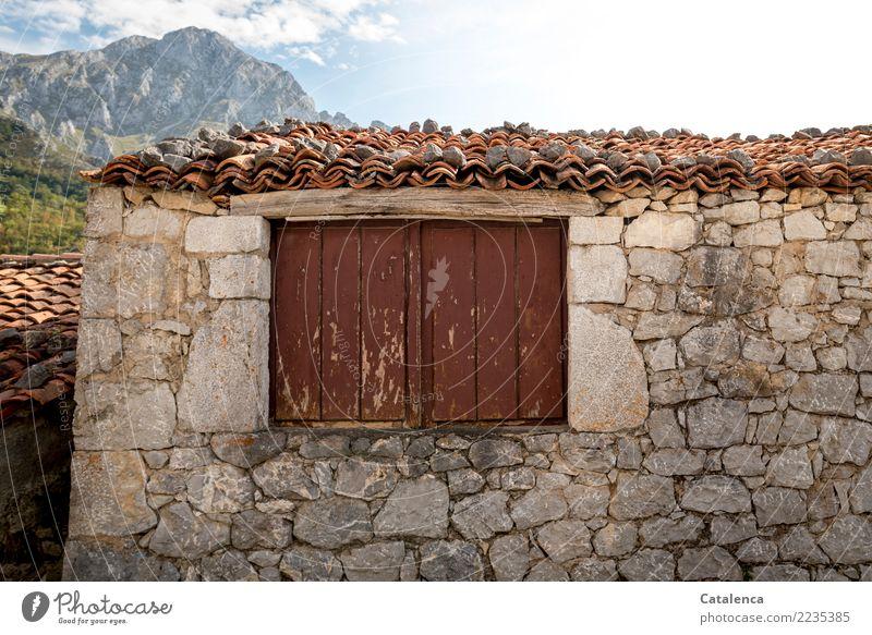 Geschlossen alt Sommer schön grün Landschaft Haus Fenster Berge u. Gebirge Wand Holz Zeit Mauer Stein braun orange Häusliches Leben