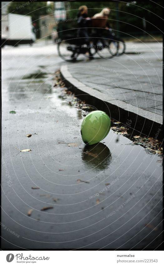 einsamkeit Mensch Stadt Straße Herbst Umwelt Regen klein glänzend Wind nass Verkehr Lifestyle liegen Klima Luftballon rund