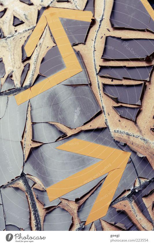 battered alt weiß blau rot gelb grau Metall dreckig Schilder & Markierungen kaputt Pfeil Kunststoff Verfall Richtung Riss links