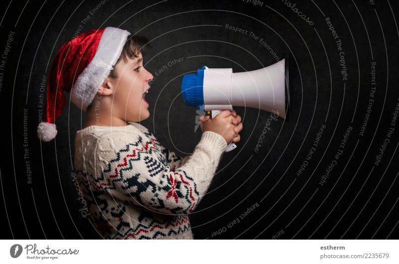 Junge mit einem Megafon zu Weihnachten auf schwarzem Hintergrund Lifestyle Freude Entertainment Party Veranstaltung Feste & Feiern Weihnachten & Advent