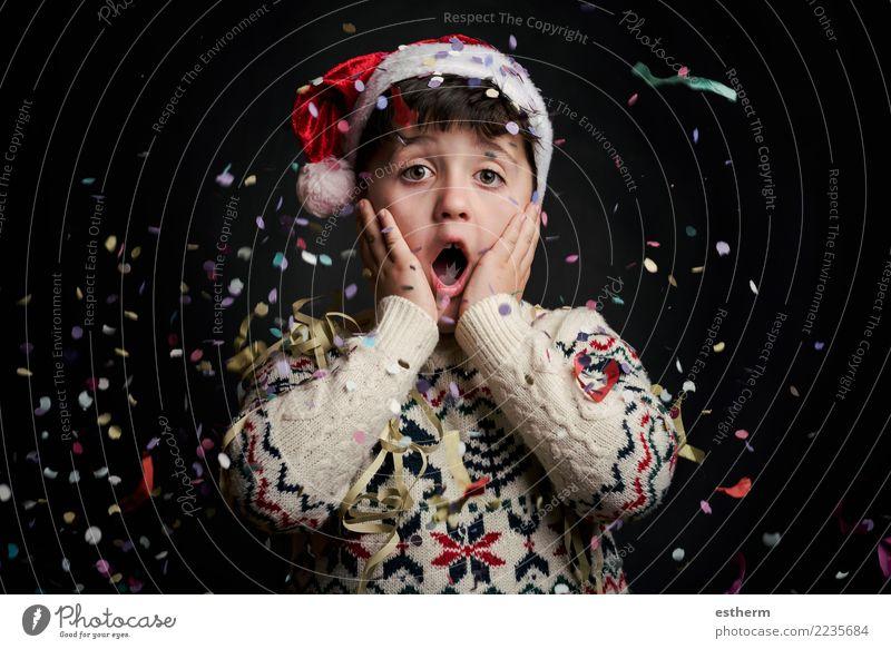überraschtes Kind in Silvester auf schwarzem Hintergrund Lifestyle Freude Party Veranstaltung Feste & Feiern Weihnachten & Advent Silvester u. Neujahr Mensch