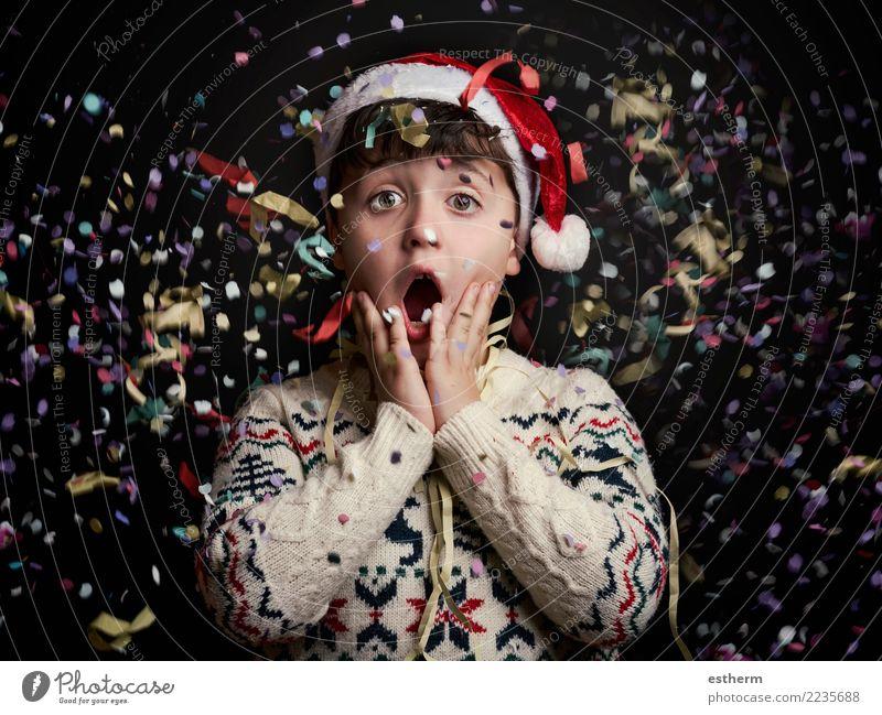 Überraschtes Kind in Silvester Mensch Weihnachten & Advent Freude Lifestyle lustig Gefühle Bewegung Feste & Feiern Party maskulin Kindheit Lächeln Fröhlichkeit