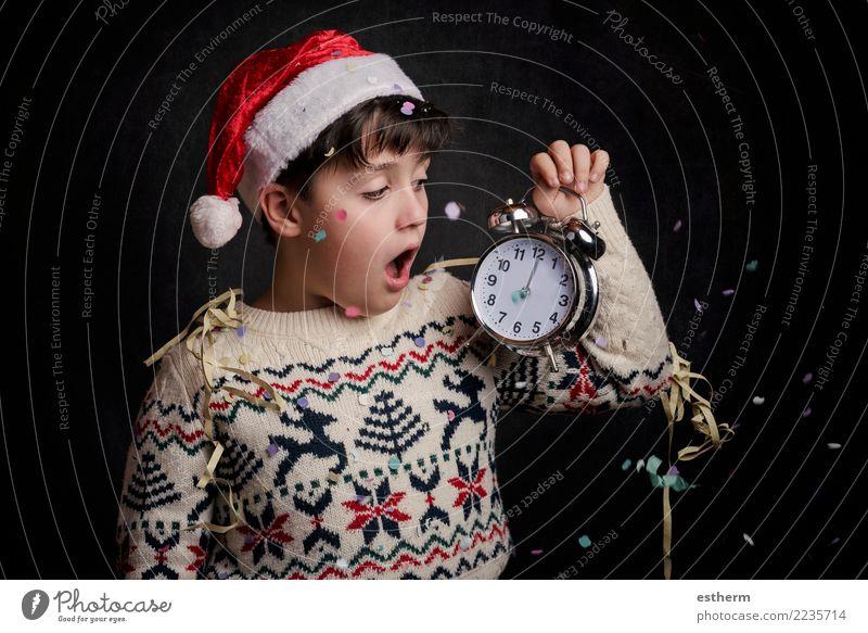 Überraschtes Kind in Silvester Mensch Weihnachten & Advent Freude Lifestyle Gefühle Bewegung Glück Feste & Feiern Party maskulin Kindheit Lächeln Fröhlichkeit