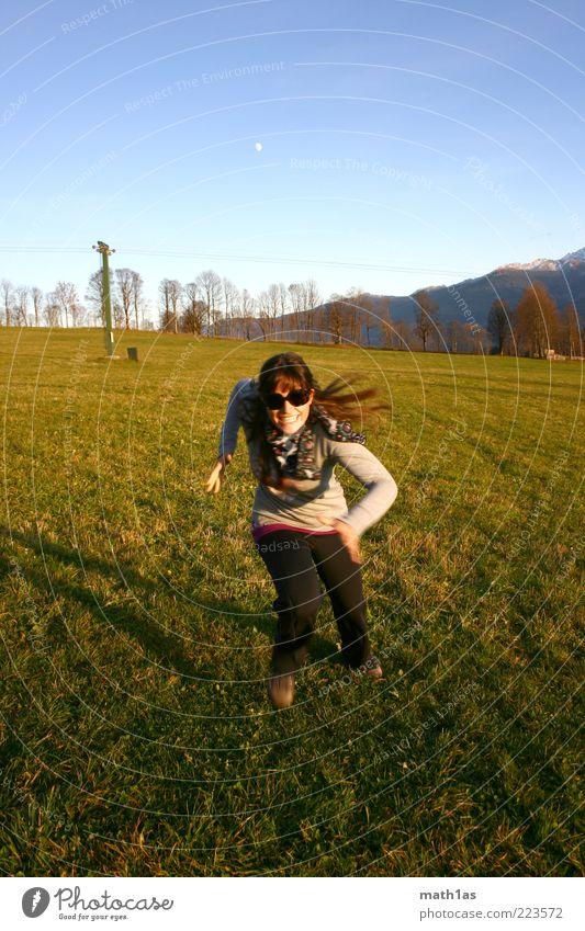 Vorfreude Mensch Jugendliche Freude Wiese lachen Glück lustig laufen rennen Junge Frau Lächeln Lebensfreude Dynamik Sonnenbrille toben zielstrebig