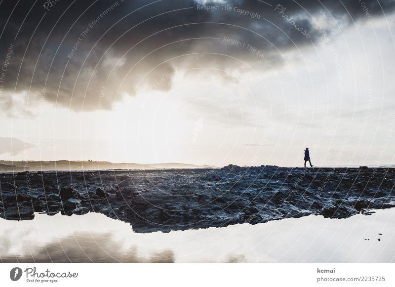 Sihouette einer Frau am Morgen an einer felsigen Küste mit Wasser und Spiegelung Lifestyle harmonisch Zufriedenheit Sinnesorgane Erholung ruhig Freizeit & Hobby