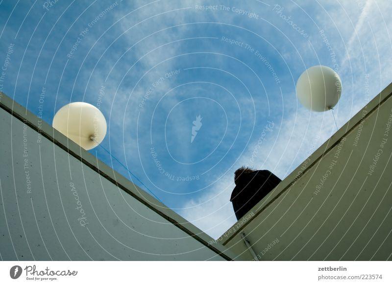 Party Mensch Himmel Wand Mauer Architektur Gebäude Feste & Feiern Rücken Luftballon Balkon Bauwerk aufwärts Geländer Perspektive Treffpunkt himmelwärts