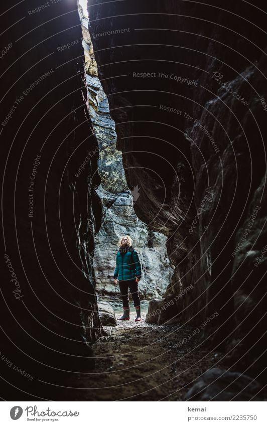 Höhlenforscher Mensch Natur Ferien & Urlaub & Reisen Erholung ruhig Leben Küste feminin außergewöhnlich Freiheit Felsen Ausflug Freizeit & Hobby stehen