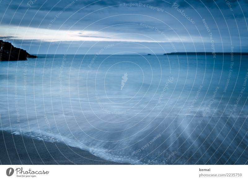 Blauer Teppich Himmel Natur Ferien & Urlaub & Reisen blau Wasser Meer Erholung Einsamkeit Wolken ruhig Ferne dunkel Umwelt kalt Küste außergewöhnlich