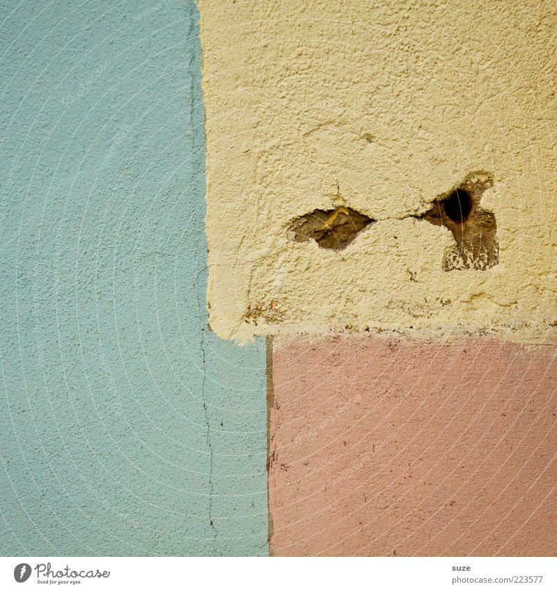Lachendes und weinendes Auge Gesicht gelb Wand Mauer Kunst außergewöhnlich rosa Design Ecke einfach Teilung Loch Putz graphisch Geometrie