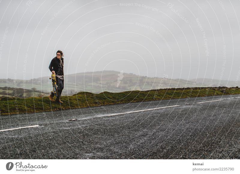 Am Wegesrand. Mensch Himmel Natur Landschaft Wolken Ferne Erwachsene Straße Leben Lifestyle feminin außergewöhnlich Freiheit Ausflug Freizeit & Hobby wild