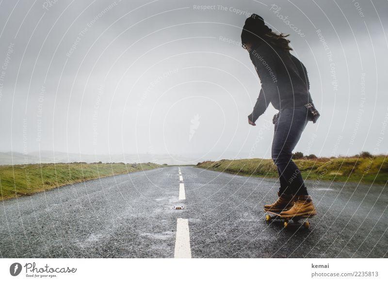 Skate das Moor Mensch Himmel Natur Ferien & Urlaub & Reisen Wolken Freude Ferne dunkel Erwachsene Straße Leben Lifestyle Bewegung Gras Spielen außergewöhnlich