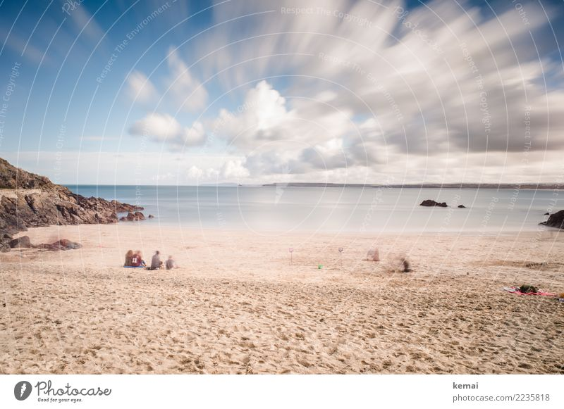 Beach action Mensch Himmel Ferien & Urlaub & Reisen Landschaft Meer Erholung Wolken ruhig Strand Leben Lifestyle Umwelt Küste Spielen außergewöhnlich Tourismus
