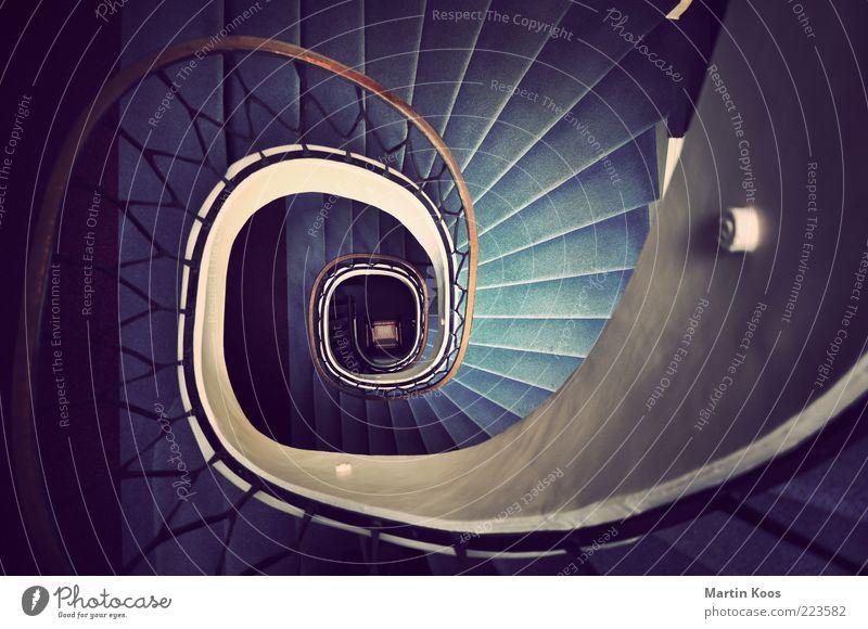 Runterundherum Architektur Treppe Ornament alt Treppengeländer Schnecke Treppenhaus Teppich Linie tief abwärts Spirale Abwärtsentwicklung Kurve Wendeltreppe