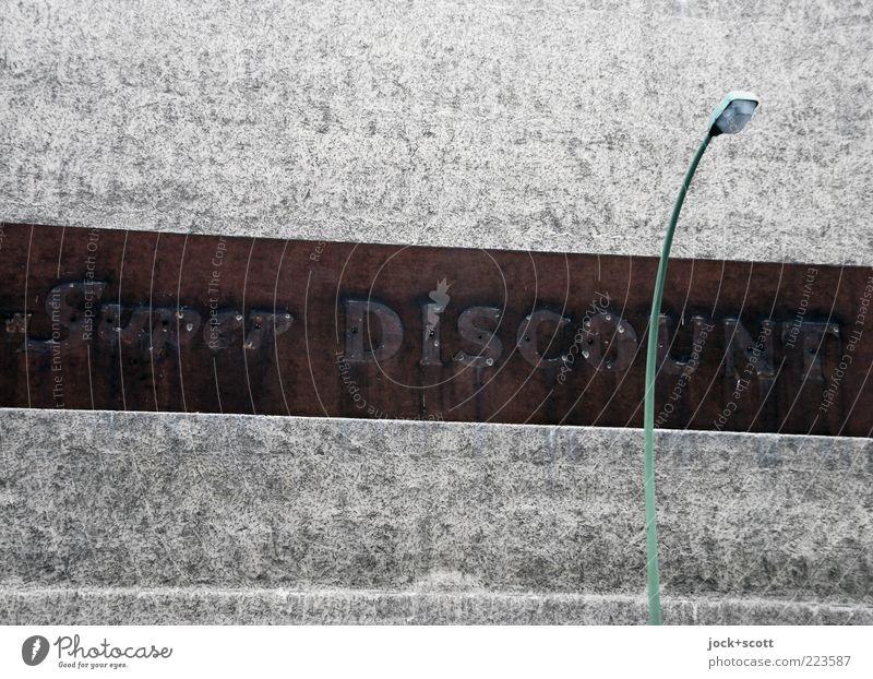 Schnäppchen 2.0 Stadt Wand Mauer grau Stein authentisch retro Streifen Wandel & Veränderung Straßenbeleuchtung fest Wort Werbung Nostalgie Putz Straßenkunst