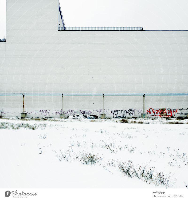 ende im gelände Haus Mauer Wand weiß Baugrundstück Potsdamer Platz Winter Sträucher Graffiti Pipeline Geländer Linie Farbfoto Gedeckte Farben Menschenleer