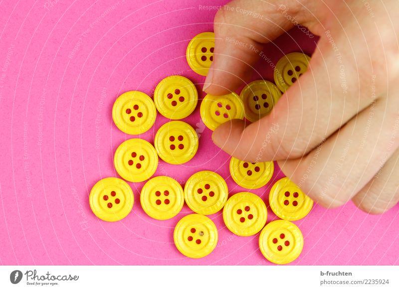 Gelbe Knöpfe Mann Erwachsene Hand Finger festhalten gelb rosa wählen nehmen mehrheit Auswahl viele Farbfoto Innenaufnahme Nahaufnahme Textfreiraum links