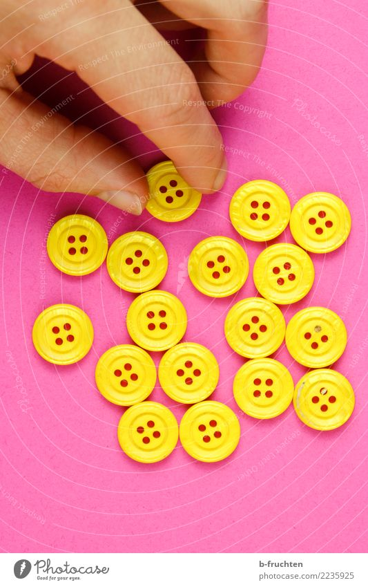 einer muss raus Mann Erwachsene Arme Finger Kunststoff Zeichen wählen festhalten gelb rosa Wahlen Auswahl Knöpfe Spielen Farbfoto Studioaufnahme Nahaufnahme