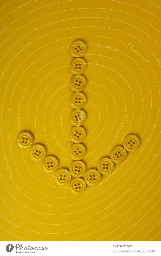 Pfeil Zeichen Hinweisschild Warnschild Kommunizieren gelb unten Richtung richtungweisend Knöpfe Innenaufnahme Studioaufnahme Nahaufnahme Menschenleer
