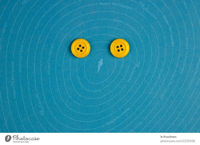 Knopflochmonster Kunststoff Zeichen blau gelb Freude Zufriedenheit Knöpfe Auge Gesicht 2 paarweise Blick Smiley Innenaufnahme Studioaufnahme Nahaufnahme