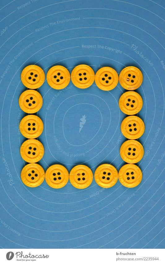 geschlossene Gesellschaft Kunststoff Zeichen eckig blau gelb Knöpfe Rahmen Quadrat Autofenster Zusammenhalt Farbfoto Innenaufnahme Studioaufnahme Nahaufnahme