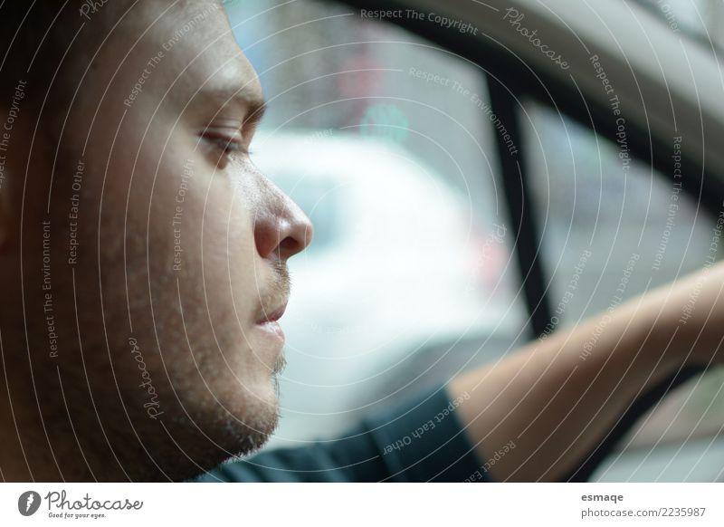 Mann fahren Lifestyle Mensch maskulin Junger Mann Jugendliche 18-30 Jahre Erwachsene PKW beobachten Außenaufnahme Porträt