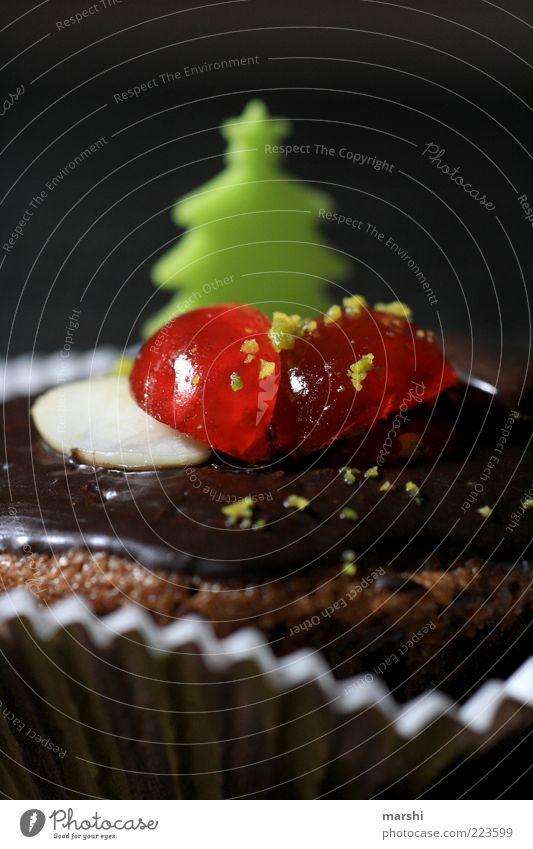 WeihnachtsSchokoMuffin Lebensmittel Ernährung braun grün rot Schokolade Kirsche Dekoration & Verzierung lecker süß Unschärfe Detailaufnahme geschmackvoll