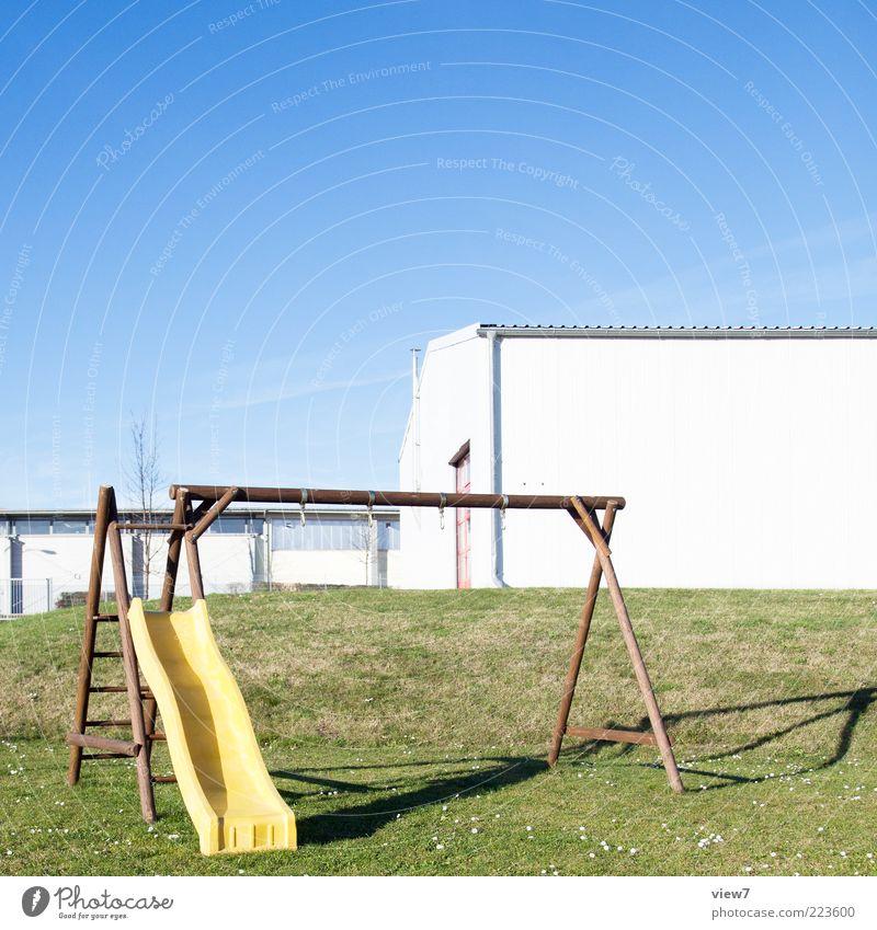 Einzelkind. Haus kalt Wiese Wand Landschaft Gras Garten Umwelt Mauer Fassade Ordnung planen Fröhlichkeit modern authentisch einfach