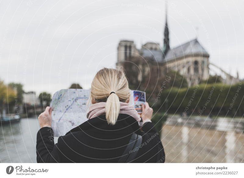 Ma Dame, Notre Dame Frau Mensch Ferien & Urlaub & Reisen Stadt Erwachsene Architektur Gebäude Tourismus Kopf blond lesen entdecken Sehenswürdigkeit Bauwerk
