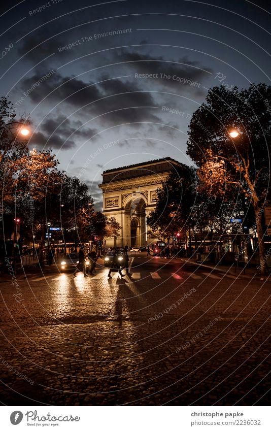 Triumphierend Städtereise Mensch Paris Frankreich Stadt Hauptstadt Stadtzentrum Sehenswürdigkeit Arc de Triomphe Straße gehen alt historisch Dämmerung Farbfoto