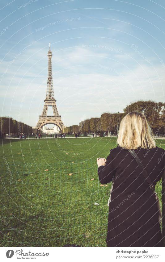Tour zum Tour Eiffel Frau Mensch Ferien & Urlaub & Reisen Stadt Erwachsene Herbst Tourismus Ausflug blond Europa Sehenswürdigkeit Frankreich Hauptstadt