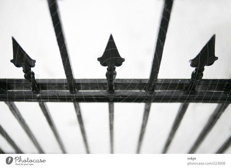 klare Abgrenzung Stil Zaun Metallzaun Stahl Zeichen Ornament Linie Pfeil Spitze bedrohlich dunkel kalt schwarz weiß Gefühle Stimmung Mut Tatkraft Schutz