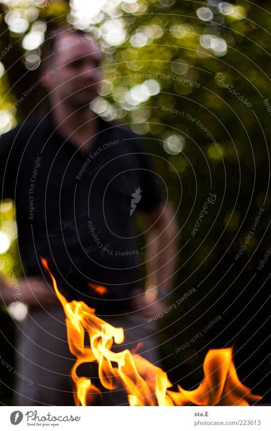 in flammen stehen Mensch Mann Sonne Sommer Leben Freiheit warten Ausflug planen Freizeit & Hobby maskulin Feuer Perspektive beobachten Grillen