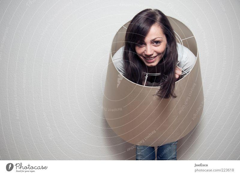 doing it right. Lampe Raum feminin Frau Erwachsene Leben 1 Mensch 18-30 Jahre Jugendliche brünett langhaarig Lächeln lachen Blick leuchten trendy einzigartig