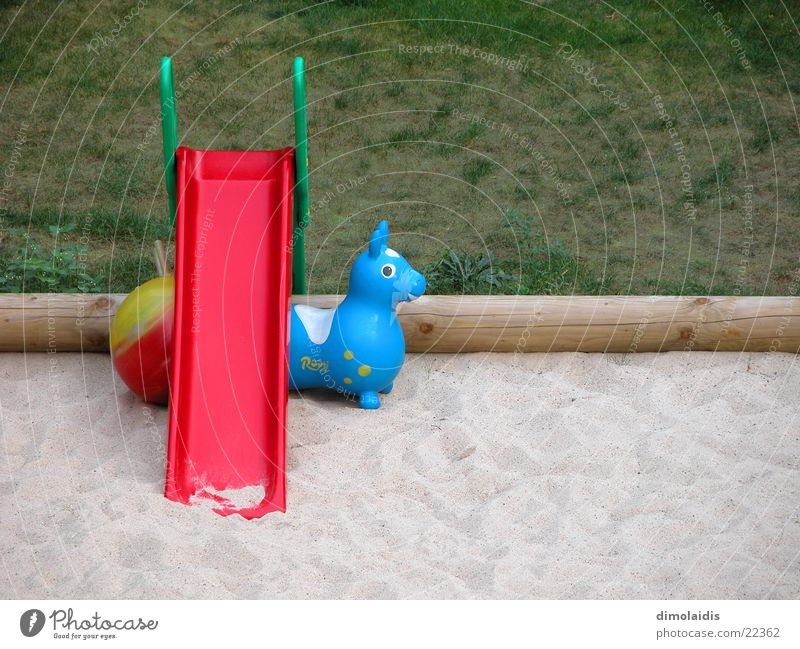 melancholisches stillleben mit rutsche Gras Sand Ball Freizeit & Hobby Baumstamm Rutsche Sandkasten Gummitier