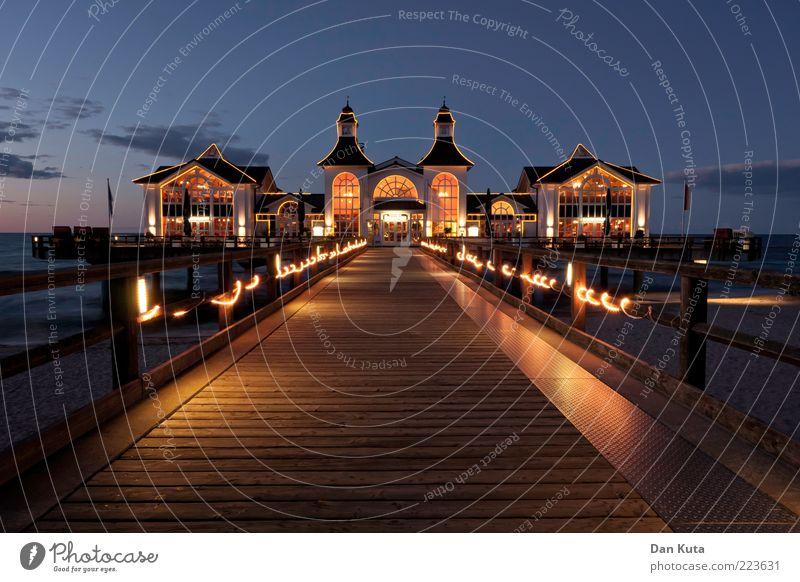 Sellin in der Dämmerung blau Ferne Haus gelb Holz träumen Gebäude Beleuchtung Horizont gold Treppe Dekoration & Verzierung Sauberkeit Rügen Dorf leuchten