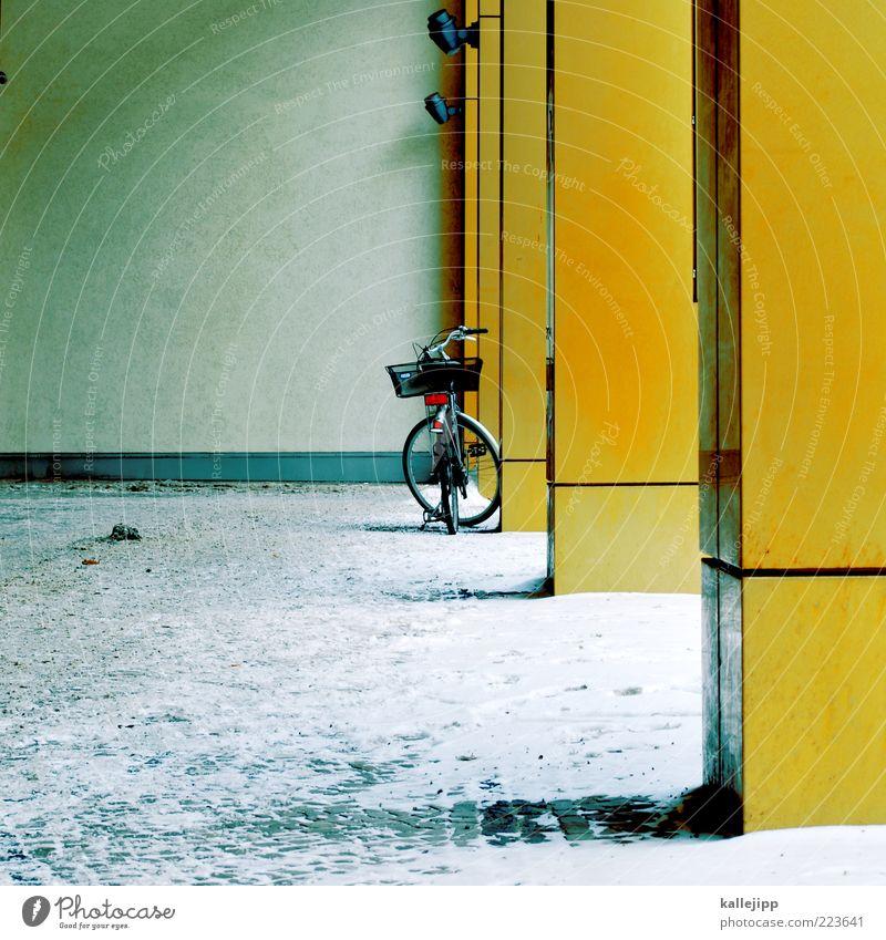 orakel Haus Mauer Wand Fahrrad gelb gold Winter fahrradkorb Säule Schneewehe Farbfoto Außenaufnahme Menschenleer Textfreiraum links Licht Schatten Kontrast
